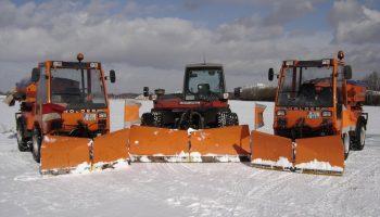 Holder-Aebi-Holder mit Schneeräumschilden und Streautomaten