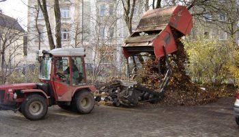 Rasenkehrmaschine beim Laubsammeln